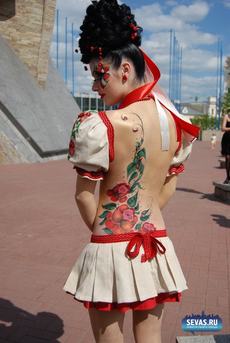 para-vecherinke-foto-devushki-topless-bodiart-ebli