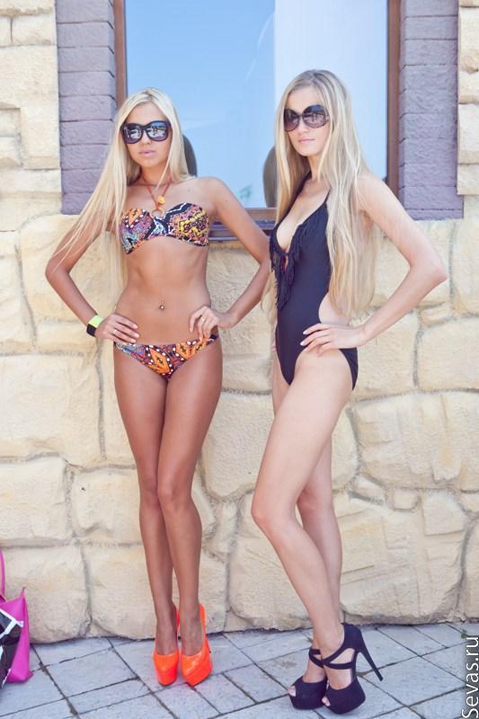 Фото моделей в купальниках: